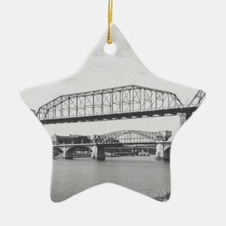 De dubbele Zwart-witte Fotografie van de Brug Keramisch Ster Ornament