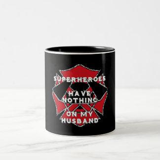 De echtgenootmok van de brandbestrijder tweekleurige koffiemok