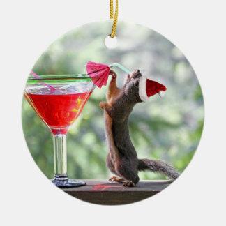 De Eekhoorn die van Kerstmis een Cocktail drink Rond Keramisch Ornament
