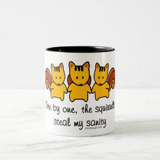 De eekhoorns stelen mijn geestelijke gezondheid tweekleurige koffiemok