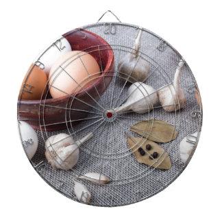De eieren van de kip en knoflook en kruiden op de dartbord