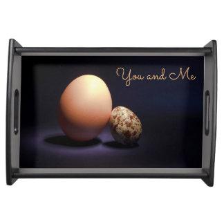 De eieren van de kip en van kwartels in liefde. dienblad