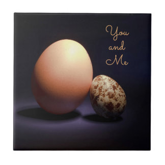 De eieren van de kip en van kwartels in liefde. keramisch tegeltje