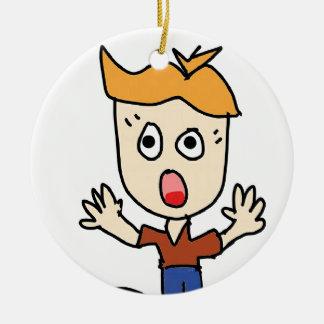 de enge jongenscartoon rond keramisch ornament