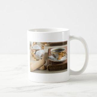 De espresso van de ochtend en koekjessavoiardi koffiemok