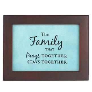 De familie die samen bidt, blijft samen herinneringen doosje