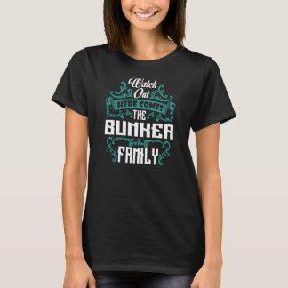 De familie van de BUNKER. De Verjaardag van de T Shirt