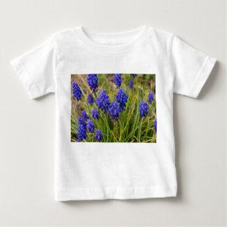 De Familie van de Hyacinten van de druif Baby T Shirts