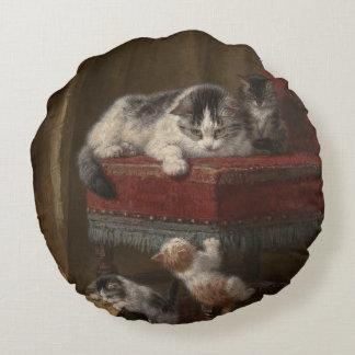 De familie van katten het schilderen rond kussen