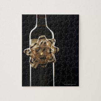 De fles van de wijn met boog puzzel