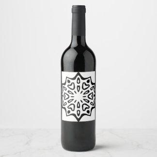 De flessenetiket van de wijn met zwarte Mandala Wijnetiket