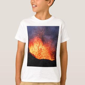 De fontein van hete lava barst van kratervulkaan t shirt