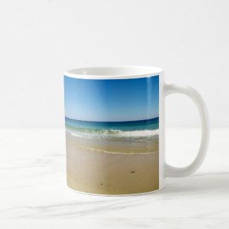 De foto van het strand koffiemok