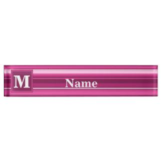 De fuchsiakleurig strepen van het monogram naambord