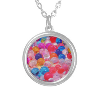 de gekleurde textuur van geleiballen zilver vergulden ketting