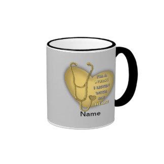 De gele Verpleegster van het Hart Mok Gekleurder Rand En Oor