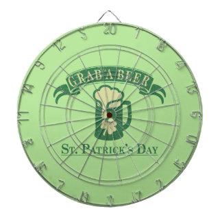 De gelukkige St Patrick Dag grijpt een Bier Dartbord