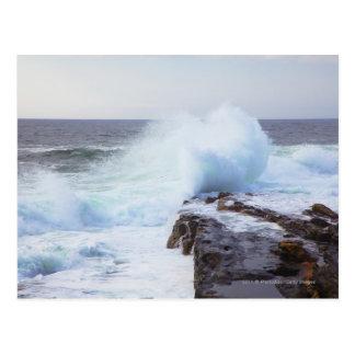 De Golf die van de Atlantische Oceaan in de Kust Briefkaart