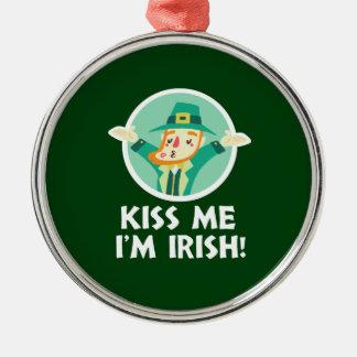 De grappige Kabouter kust me ik ben Ierse Heilige Zilverkleurig Rond Ornament