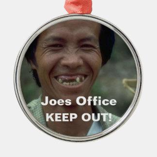 De grappige Ontbrekende Tanden van het Man houden Zilverkleurig Rond Ornament