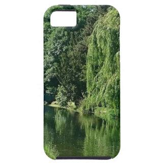 De groene zonnige gang van de de bomenrivier van tough iPhone 5 hoesje
