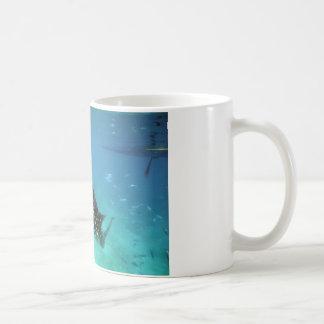 De haaien van de walvis het voeden koffiemok