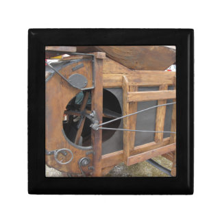 De hand machine gebruikte om het graan te schillen vierkant opbergdoosje small