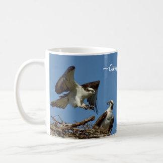 De Haviken die van de visarend nestMok vliegen Koffiemok