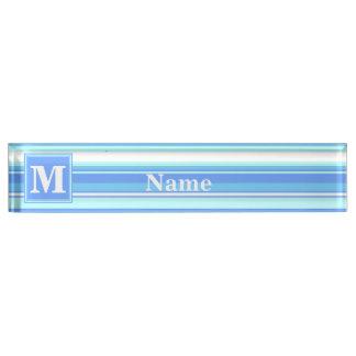 De hemel blauwe strepen van het monogram naambord