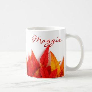 De herfst, herfstbladeren. sinaasappel, helder koffiemok