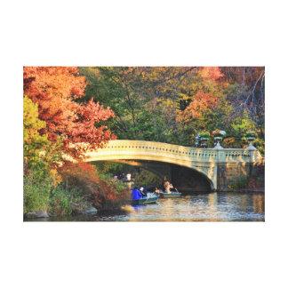 De herfst in Central Park: Schippers door de Brug Canvas Afdruk