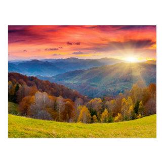 De herfstlandschap van de berg met bos briefkaart