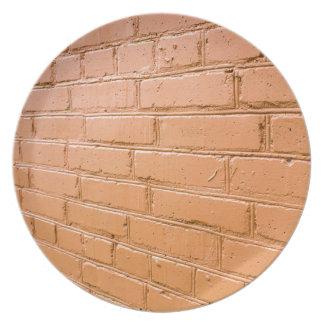 De hoek van het uitzicht op de rode bakstenen muur party bord
