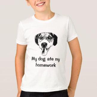 De hond at het t-shirtoverhemd van mijn t shirt