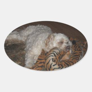 De hond van Cockapoo het rleaxing op zijn tijger Ovale Sticker