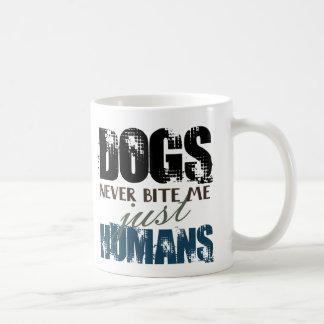 De honden bijten me, enkel de Mok van het Citaat