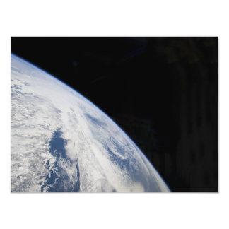 De horizon van de aarde en de zwartheid van ruimte fotografische afdruk