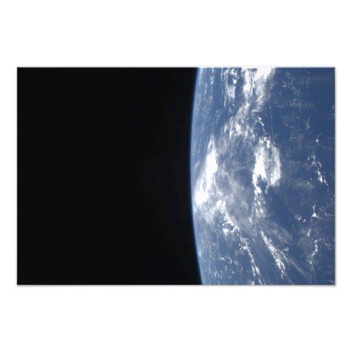 De horizon van de aarde en de zwartheid van ruimte foto afdruk