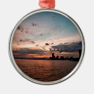 De Horizon van de Stad van New York bij Zilverkleurig Rond Ornament