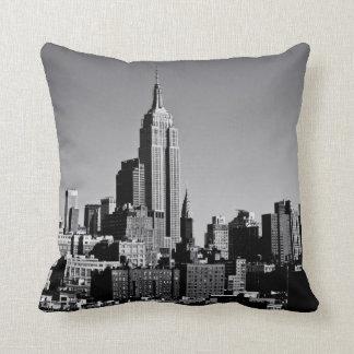 De Horizon van de Stad van New York in Zwart-wit Sierkussen