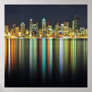 De horizon van Seattle bij nacht met bezinning Poster