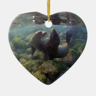 De jongen die van de zeeleeuw de keramisch hart ornament