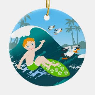 De jongen surfer heeft een verjaardagspartij rond keramisch ornament