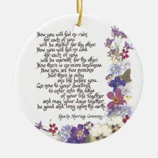 De kaarten van het huwelijk en giften rond keramisch ornament
