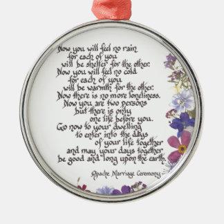 De kaarten van het huwelijk en giften zilverkleurig rond ornament