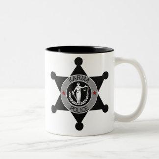 De karma-politie, arresteert dit man… tweekleurige koffiemok