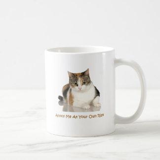 De Kat van het calico: Erger me op Uw Eigen Risico Koffiemok