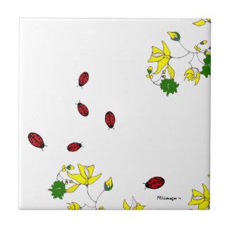 De Kleine Lieveheersbeestjes Tegel van gele Bloeme Tegeltje
