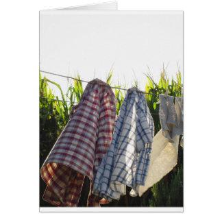 De kleren hangen op drooglijn kaart