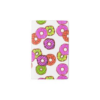 de kleurrijke berijpte donuts doughnut met pocket moleskine notitieboekje